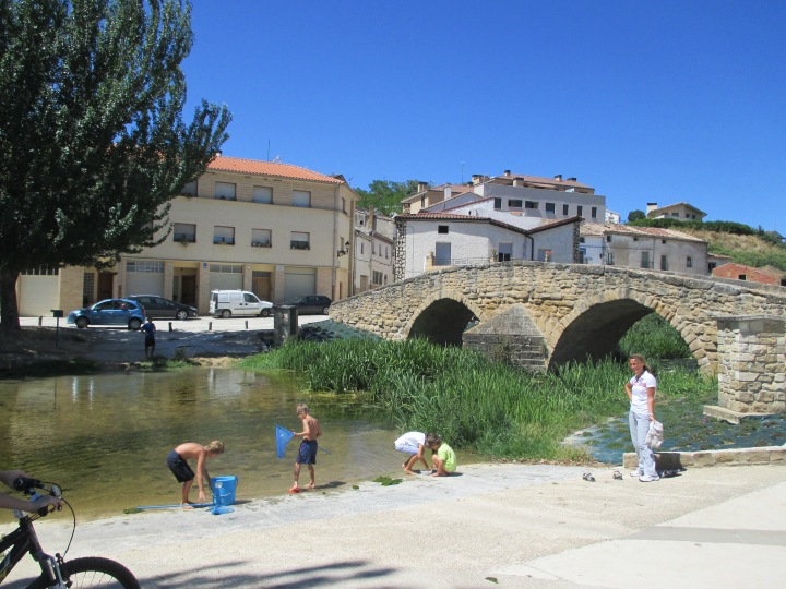 little spaniards playing by the river